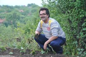 Ivan plante les fraisiers avec Lordanka
